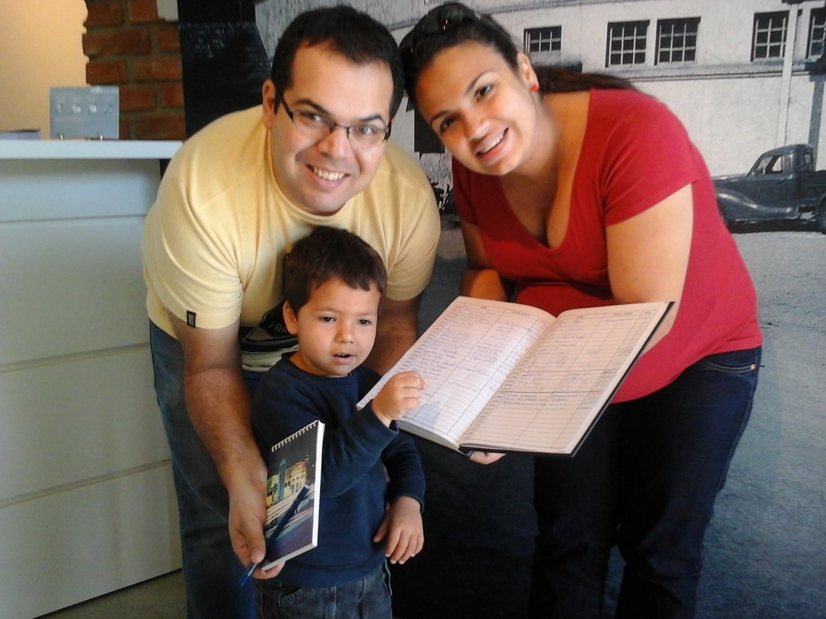 Francisco e Aline ajudando o pequeno Fernando a deixar sua marca no Museu WEG.
